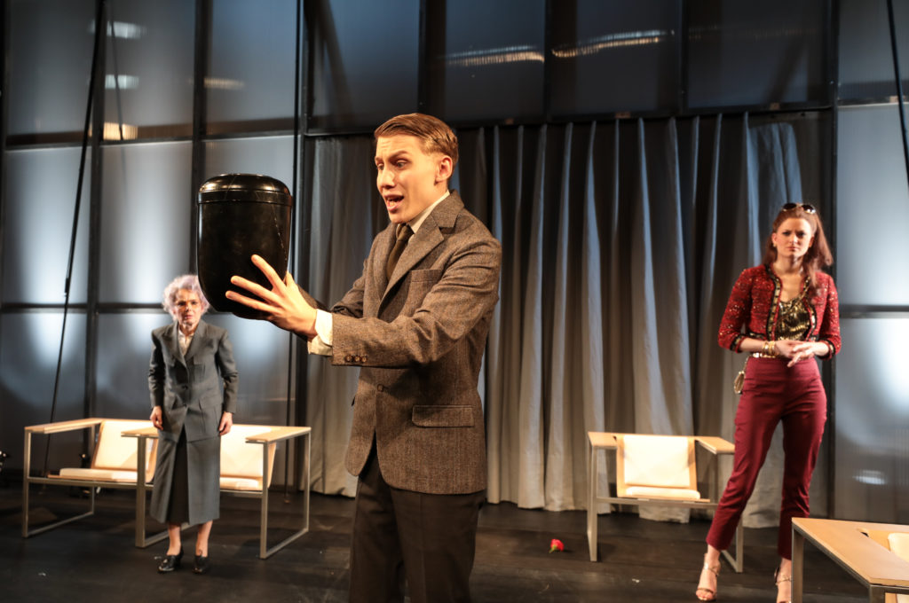"""Sebastian Schlicht in einer Szene aus der Schauspielproduktion """"Ich bin wie ihr, ich liebe Äpfel"""". Foto: Ronny Ristok"""