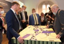 Im Beisein von Ministerpräsident Michael Kretschmer (2.v.l.) und vielen weiteren Gästen wurde die Sonderausstellung im Schloss Hartenfels eröffnet. Foto: LRA/Bley