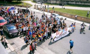 Vom Bahnhof kommend bog die bunte Regenbogenparade am Lindenau-Museum in Richtung Stadtzentrum ein. Foto: Ralf Miehle