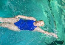 Rückenschwimmen ist ideal bei Rückenproblemen. Foto: Lutz Weidler