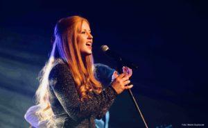Die Bühne ist ihre Welt: Dann wird aus der zurückhaltenden Lena Hauptmann die Sängerin, die den Menschen auch im Konzert gern in Augen sieht. Foto: Marek Szymczak