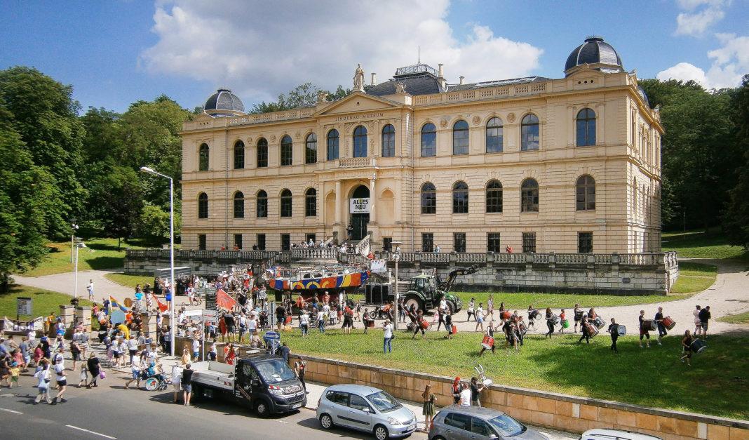 """Begleitet von Trommlern von """"Como Vento"""" und einer großen Zahl von Schaulustigen zog die """"Mary Jane"""" bis zum Lindenau-Museum. Foto: Ralf Miehle"""
