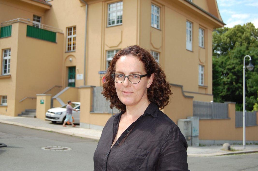 Christine Münstermann vor dem Sitz der Beratungsstelle in der Carl-von-Ossietzky-Straße 19 in Altenburg. Foto: Ralf Miehle