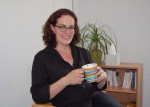 """Apropos Lächeln, das spielt für Christine Münstermann eine große Rolle in ihrem Arbeitsalltag: """"In der Regel gehen die Menschen am Ende einer Sitzung, eines Beratungsgesprächs mit einem Lachen oder Lächeln bei mir raus, das ist mir wichtig."""" Foto: Ralf Miehle"""