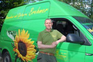 Mit seinem markanten Transporter ist Oliver Brehmer oft und gern im Landkreis unterwegs. Foto: Ralf Miehle